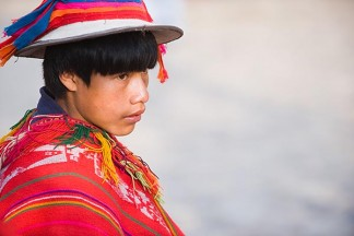 Peru, Ollantaytambo, Young Quechua boy in traditional clothing and hat